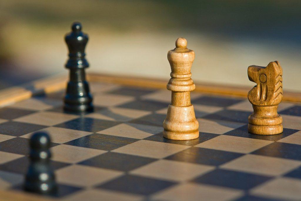 Vision stratégique d'un jeu d'échec, présentant une dame blanche et une dame noire.